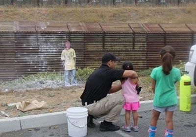 Patrulla Fronteriza enseñan a niños a usar armas, manejado como blanco un muñeco que por su vestimenta podría figurar como un migrante. Foto: Noticias de la Frontera Online. 2014.