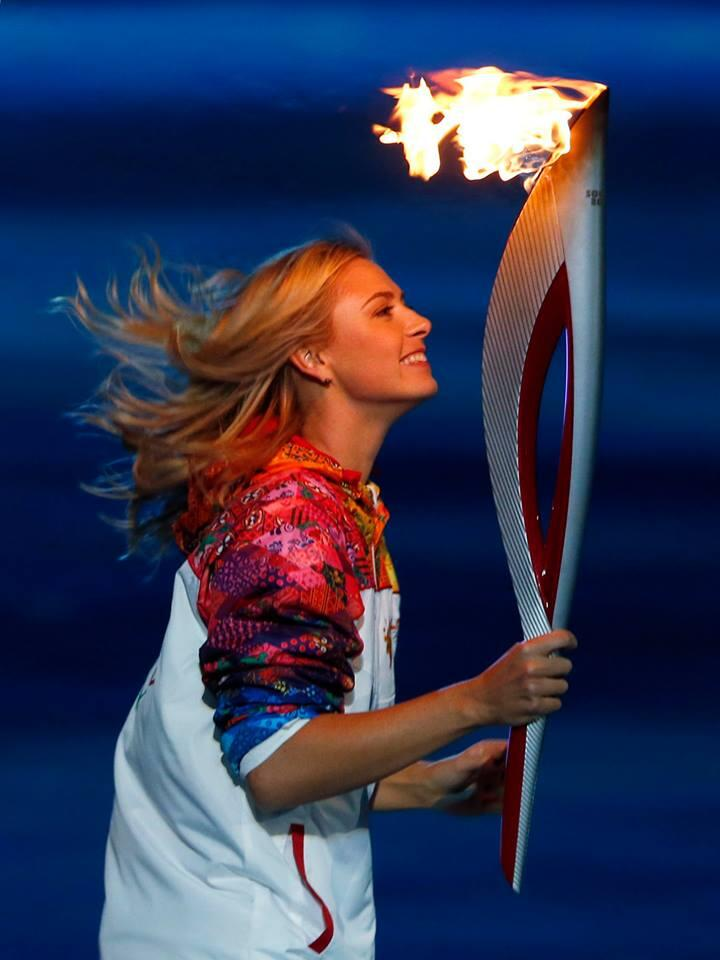 Maria Sharapova carrying the Olympic torch last night in Sochi Olympic Games. Foto: @WeAreTennis  Feb 8, 2014.